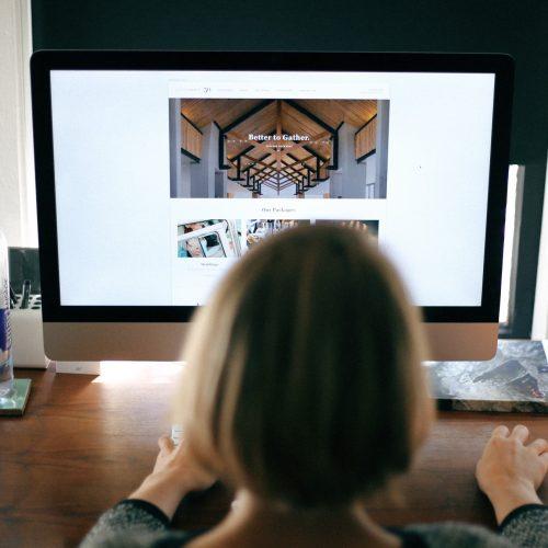 girl-designing-website-at-an-agency_t20_d1ZbeA